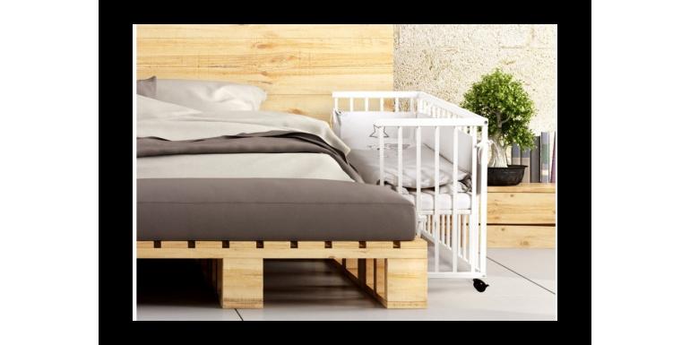 Dostawka do łóżka - czy warto ją wybrać? 5 zalet łóżeczka dostawnego